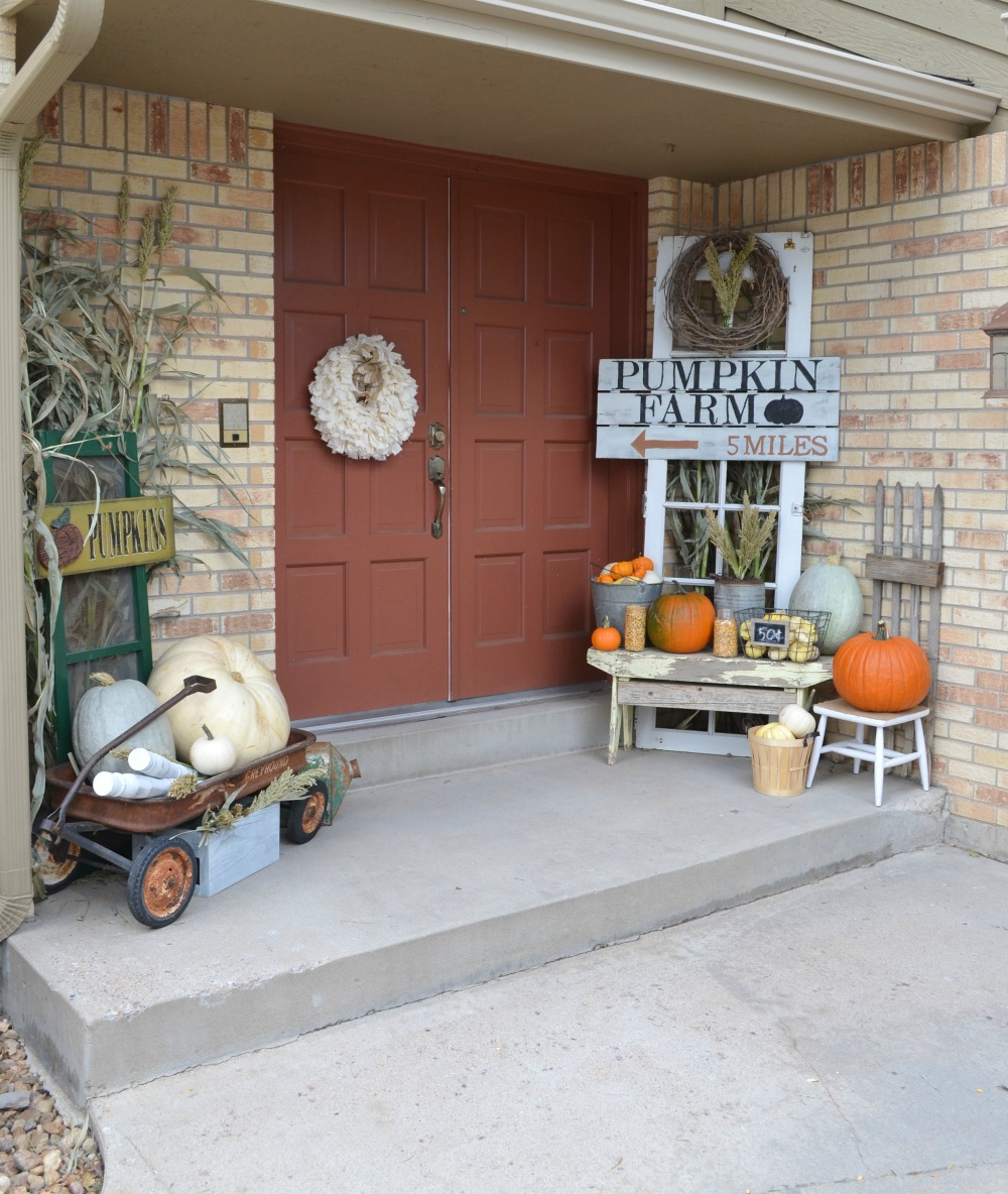Outdoor fall decorations with farmhouse style! Add a few of these ideas to your home!