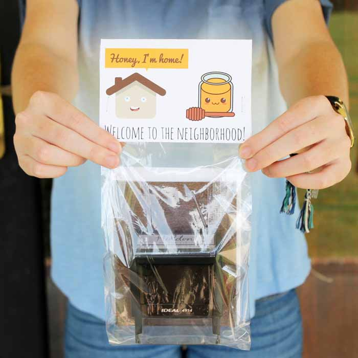 Give these personalized housewarming gifts! An address stamp is the perfect gift for anyone that has a new home or is new to the neighborhood!