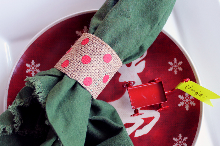 5 Quick and Easy Christmas Napkin Rings - including this burlap version!