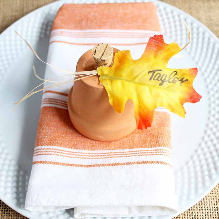 Give these clay pot ideas a try! Make a clay pot pumpkin place card for Thanksgiving!