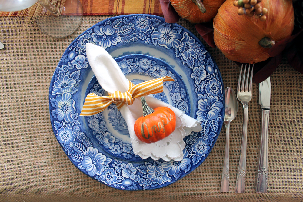 These DIY Thanksgiving decorations are perfect for your farmhouse style home! A great Thanksgiving tablescape with tons of ideas for you!