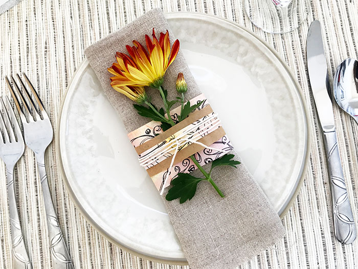 These DIY Pretty Flower Paper Place Setting Ideas are perfect for Thanksgiving!