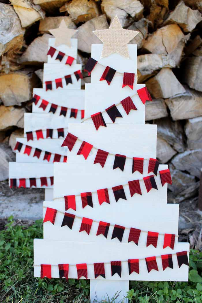 A gorgeous pallet Christmas tree with farmhouse style that is perfect for your decor!