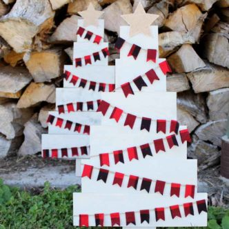 Make a pallet Christmas tree for your farmhouse style Christmas decor.