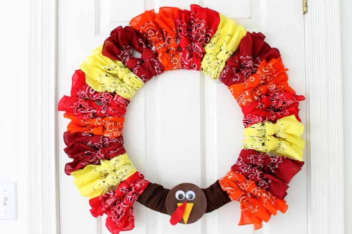 Looking for ideas for Thanksgiving wreaths? Try this bandanna turkey wreath for your home! Quick and easy to make!