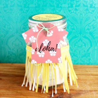 This great cookie in a jar gift is perfect for any occasion! Get the free printable tags as well as the recipe for aloha cookies!