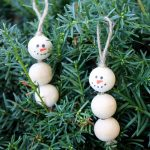 These snowman decorations are perfect for your Christmas tree! Make them in minutes from wood beads!