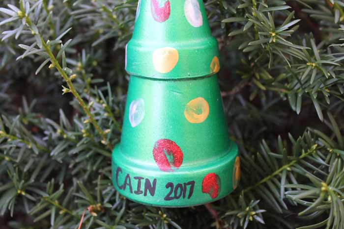 Make this thumbprint art with your kids for the Christmas tree. A simple craft project that toddlers and infants can make as well!