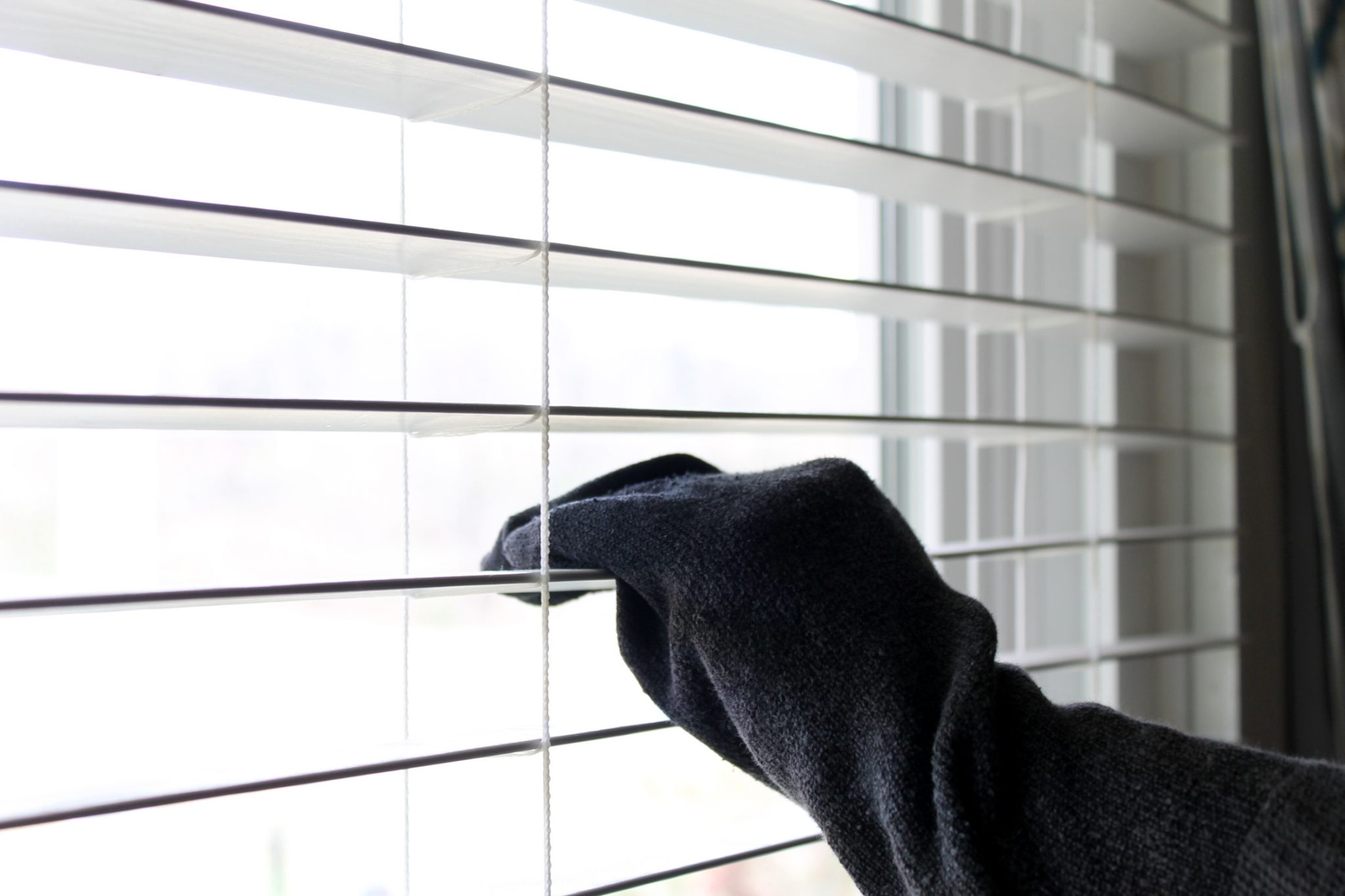 how to quickly clean blinds
