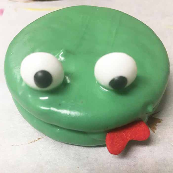 These frog dipped Oreos are perfect for Valentine's Day or any day that you want to give the kids an extra special cookie!