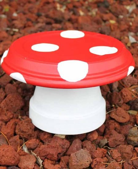 Make mushroom decor for your garden with these great clay pot mushrooms! So easy to make and oh so cute!
