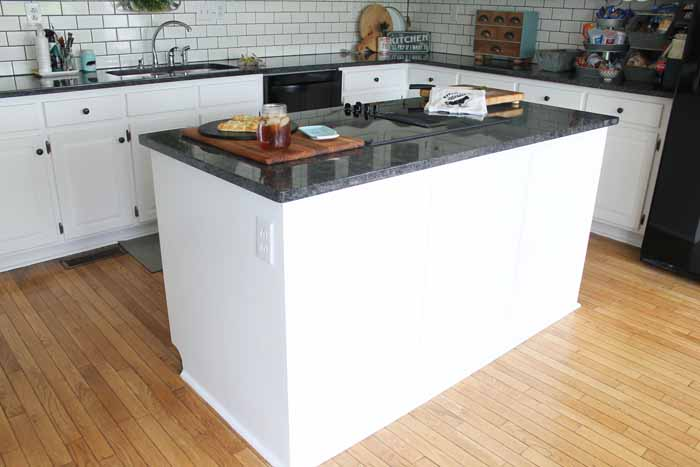 Farm kitchen island in white.