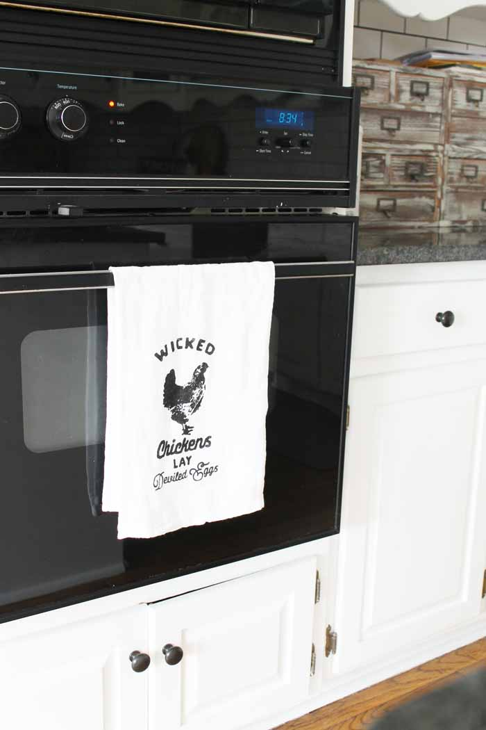 Make this farm kitchen tea towel and hang on your oven!