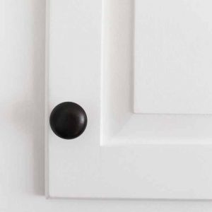 Paint hardware for your kitchen in minutes! Use this technique to make the finish last! Love that oil rubbed bronze!