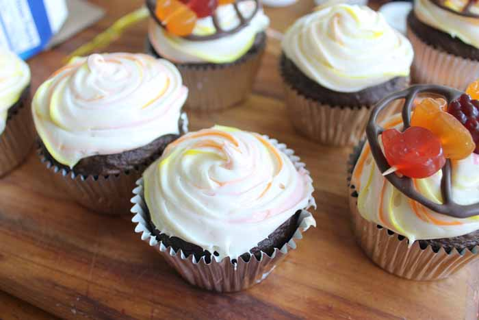 frosting cupcakes with marbled frosting