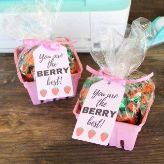 Make this first day of school Teacher gift! If you are looking for cheap teacher gifts, this one is perfect for you! Free printable tag as well!