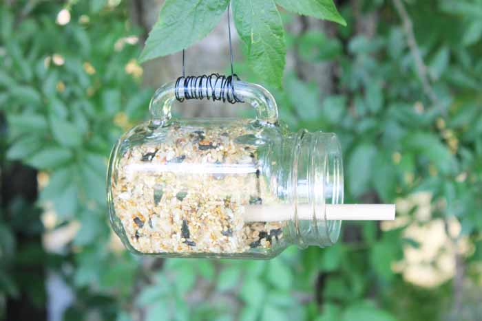 Make a mason jar bird feeder in minutes! The perfect addition to your summer outdoor decor!