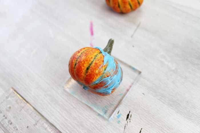 Make your own handmade soap in a pumpkin shape! Perfect for fall weather and a great pumpkin spice scent! #pumpkinspice #soap