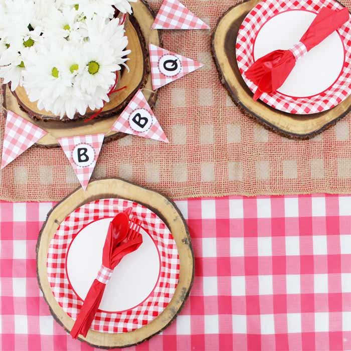 Add the perfect finishing touches to your hot dog bar picnic party with checkered flag banners and wood slice place settings