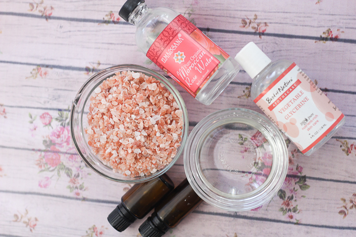 Make this Himalayan salt scrub recipe for yourself or to give as gifts! A homemade salt scrub that everyone needs! #saltscrub #himalayansalt