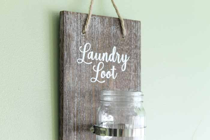 Make a change jar for the laundry room with this super simple DIY tutorial! A quick and easy way to make laundry room art for your farmhouse style home! #laundryroom #farmhousestyle #farmhouse #rustic