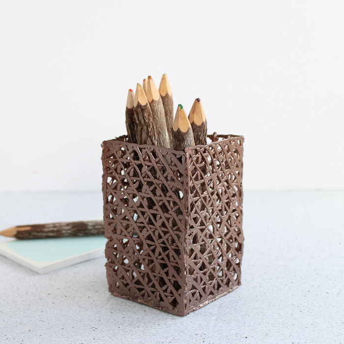Pencil holder craft ideas: Make a pencil holder from hot glue and paint it with spray paint! A fun technique that looks like a basket weave! #hotglue #pencil #desk #organizer