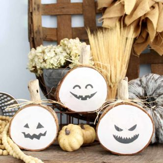 Make these wooden pumpkins from log slices for some great Halloween decor! Perfect for your rustic, farmhouse style home decor! If you love fall decorating, this easy craft project is for you! #farmhouse #halloween #rustic