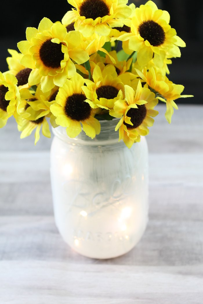 Make a fairy lantern with this quick and easy DIY project! #fairy #lantern #masonjar #sunflower