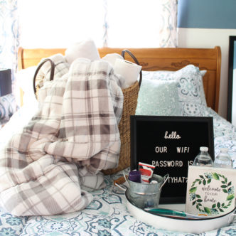 Amazing guest room ideas for the holidays including bedding and details on what to provide your guests! #holidays #holidayguests