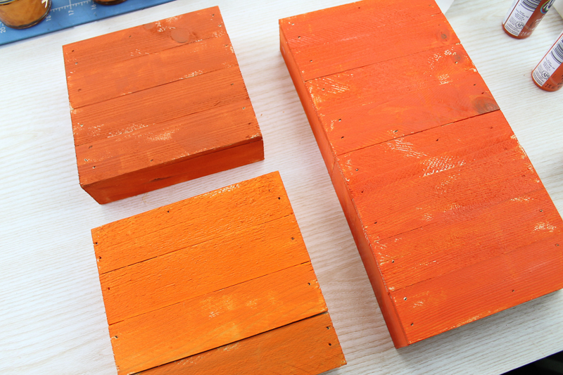 Make pallet pumpkins in minutes with no tools required! These quick and easy craft projects are perfect for your fall farmhouse decor! #farmhousestyle