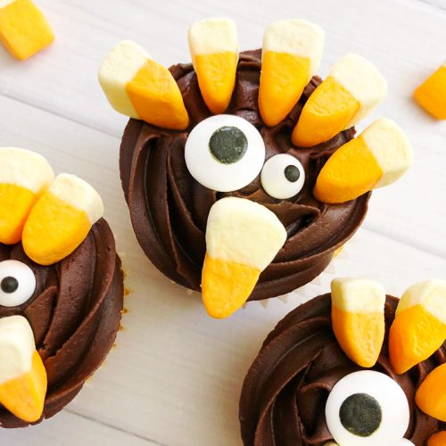 Make these turkey cupcakes for your Thanksgiving dinner! Kids and adults alike will love these easy to make desserts! #thanksgiving #cupcakes #turkey