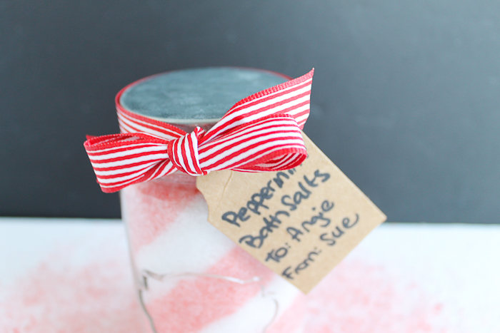 Bath Salts Homemade Gift Idea - layer peppermint bath salts in a mason jar for a Christmas gift idea! #christmas #handmadegift