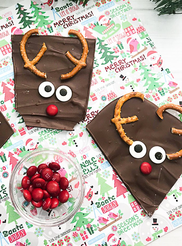 Christmas bark recipe that is easy to make for your holiday baking! Cute reindeer shapes that everyone will love! #christmas #reindeer #chocolate