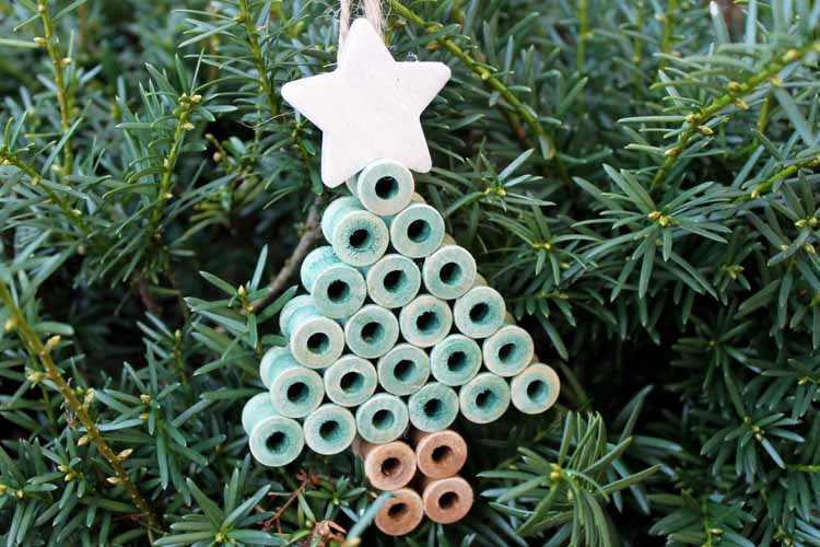 Make these rustic Christmas ornaments with wood spools! Perfect for your country Christmas tree! #rustic #christmas