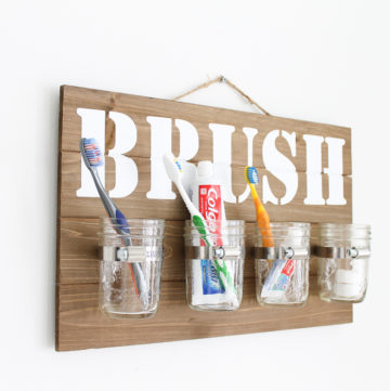 Make this mason jar wall decor! You can make you own bathroom organizer for your toothbrushes in minutes with this tutorial! #cricut #cricutmade #masonjar