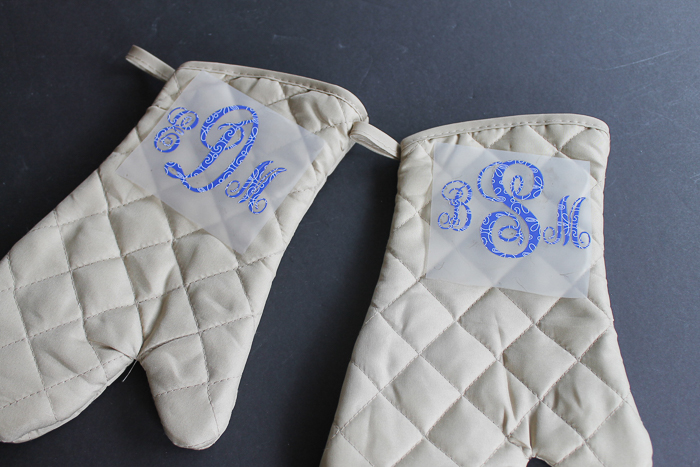 These monogram ideas are perfect for gift giving! Make a monogram oven mitt and so much more with your Cricut machine! #cricut #cricutmade #giftidea