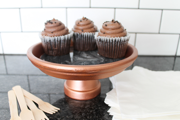 Make a cupcake stand from clay pots and this DIY tutorial! Includes instructions for pouring resin to create a marbled top! #cupcakes #resin #marbling
