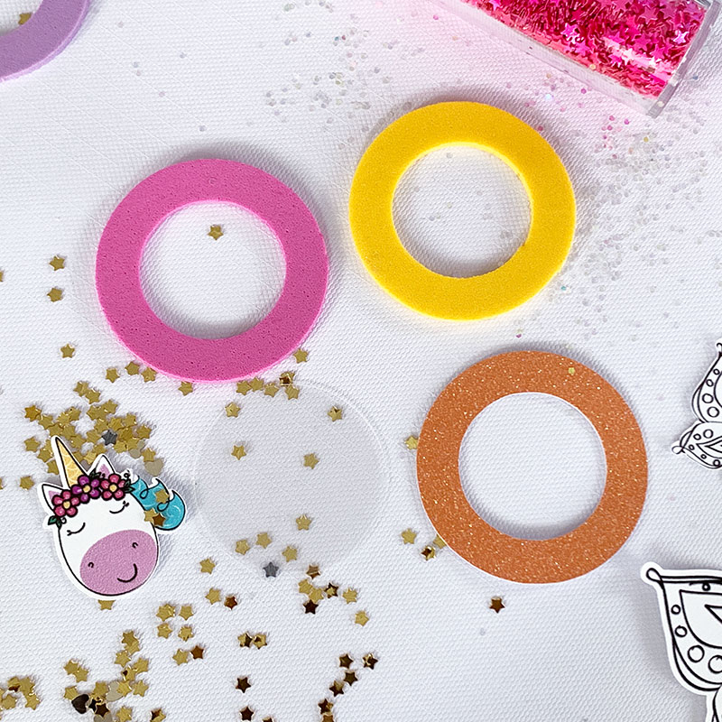 Make these DIY Mini Glitter Shaker Pins to add to backpacks and more!  #cricut #cricutmade #unicorn