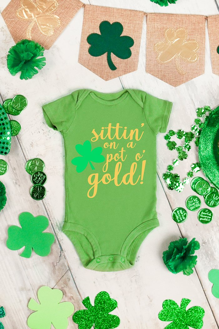 Make a St. Patrick's Day baby outfit with this free SVG file! A cute Saint Patrick's Day baby onesie that will look great on your little one! #stpatricksday #onesie #baby