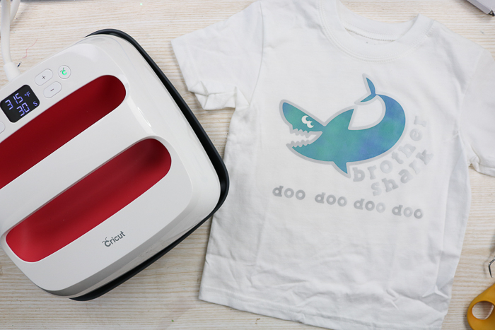 Make this super cute Baby Shark toddlers t-shirt using the Cricut Easy Press and iron on vinyl