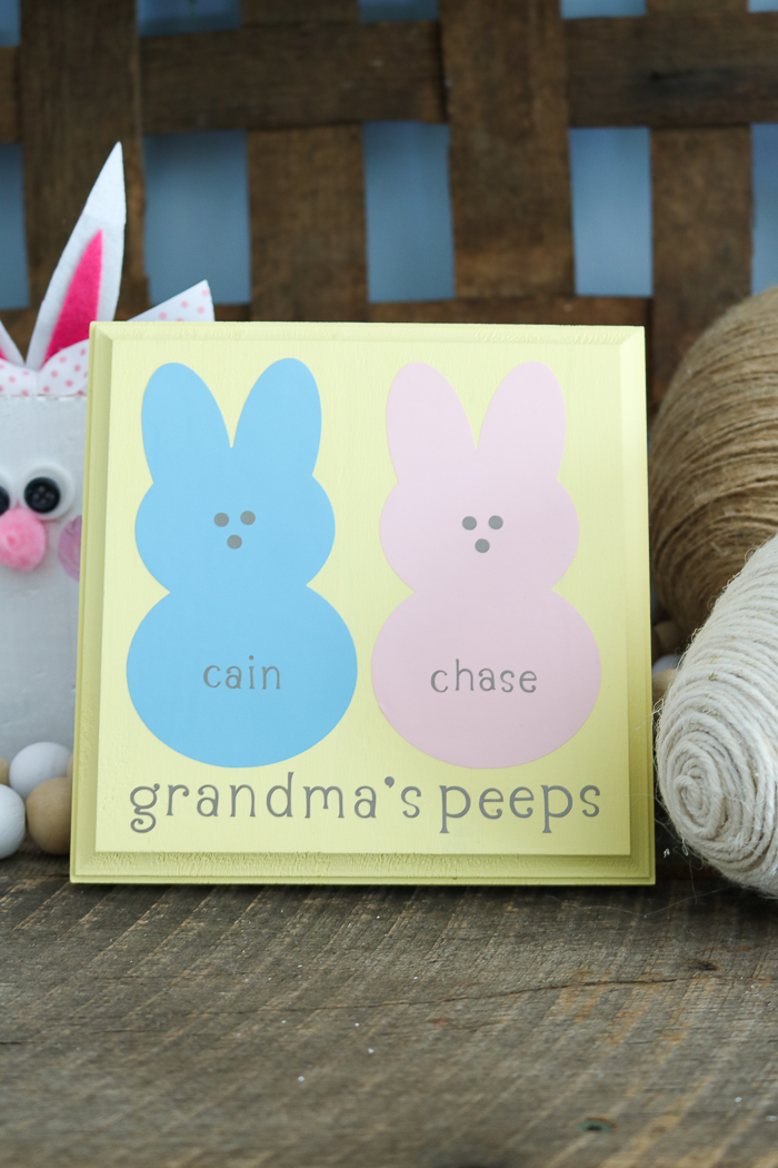 Our best DIY gifts for grandma include this cute Easter peeps sign that you can make with your Cricut machine! #cricut #cricutmade