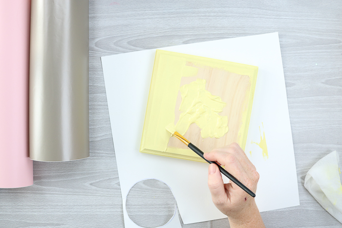 Paint a plaque to make DIY gifts for grandma that are perfect for spring.