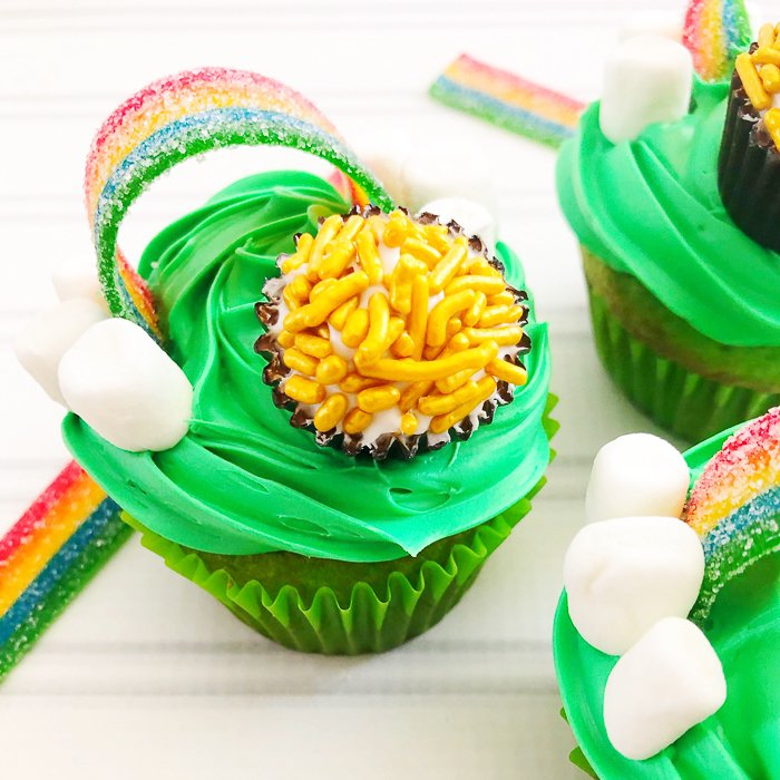 Whip up these St. Patrick's Day cupcakes in no time at all! Includes a rainbow as well as a pot of gold to make them extra special! #stpatricksday #green #rainbow