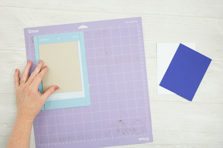 how to use the card mat from cricut