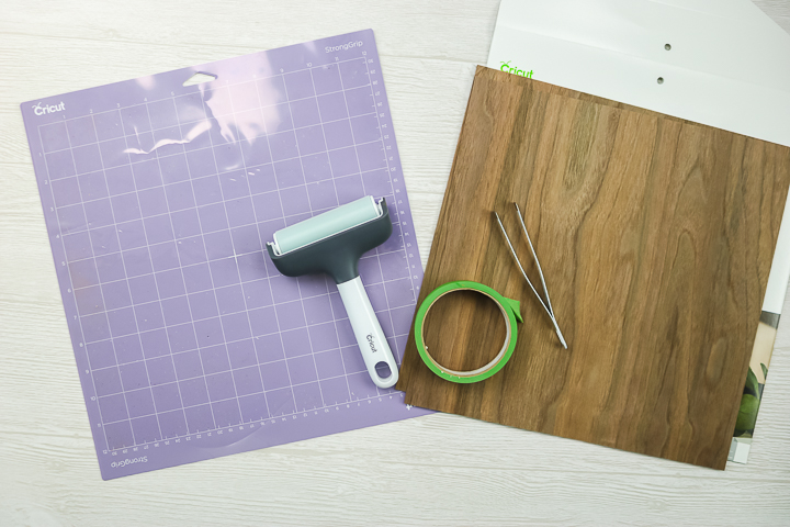 "fournitures pour couper le placage de bois sur un cricut ""class ="" wp-image-70881 ""srcset ="" https://www.thecountrychiccottage.net/wp-content/uploads/2020/05/cutting-wood-veneer-with-a -cricut-2-of-20.jpg 720w, https://www.thecountrychiccottage.net/wp-content/uploads/2020/05/cutting-wood-veneer-with-a-cricut-2-of-20- 300x200.jpg 300w, https://www.thecountrychiccottage.net/wp-content/uploads/2020/05/cutting-wood-veneer-with-a-cricut-2-of-20-610x407.jpg 610w ""tailles = ""(largeur max: 720px) 100vw, 720px"