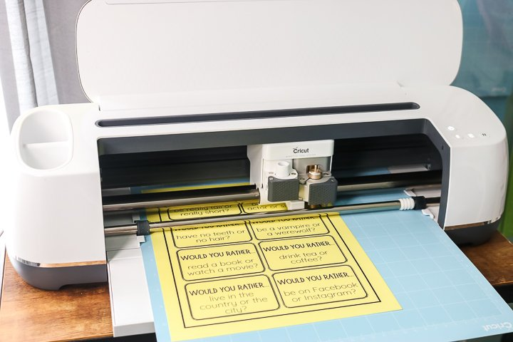 "fabricant de cricut coupant le papier jaune ""class ="" wp-image-71139 ""srcset ="" https://www.thecountrychiccottage.net/wp-content/uploads/2020/05/print-then-cut-colored-paper-4- of-10.jpg 720w, https://www.thecountrychiccottage.net/wp-content/uploads/2020/05/print-then-cut-colored-paper-4-of-10-300x200.jpg 300w, https: //www.thecountrychiccottage.net/wp-content/uploads/2020/05/print-then-cut-colored-paper-4-of-10-610x407.jpg 610w ""tailles ="" (largeur max: 720px) 100vw , 720px"
