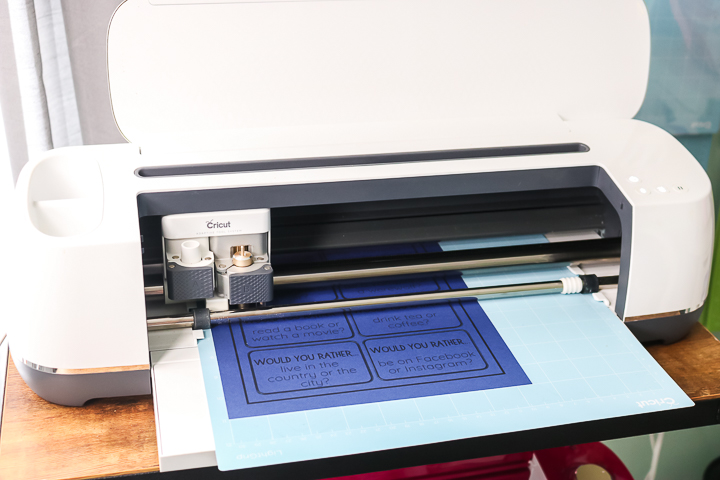 "imprimer puis couper cricut maker ""class ="" wp-image-71141 ""srcset ="" https://www.thecountrychiccottage.net/wp-content/uploads/2020/05/print-then-cut-colored-paper-6- of-10.jpg 720w, https://www.thecountrychiccottage.net/wp-content/uploads/2020/05/print-then-cut-colored-paper-6-of-10-300x200.jpg 300w, https: //www.thecountrychiccottage.net/wp-content/uploads/2020/05/print-then-cut-colored-paper-6-of-10-610x407.jpg 610w ""tailles ="" (largeur max: 720px) 100vw , 720px"