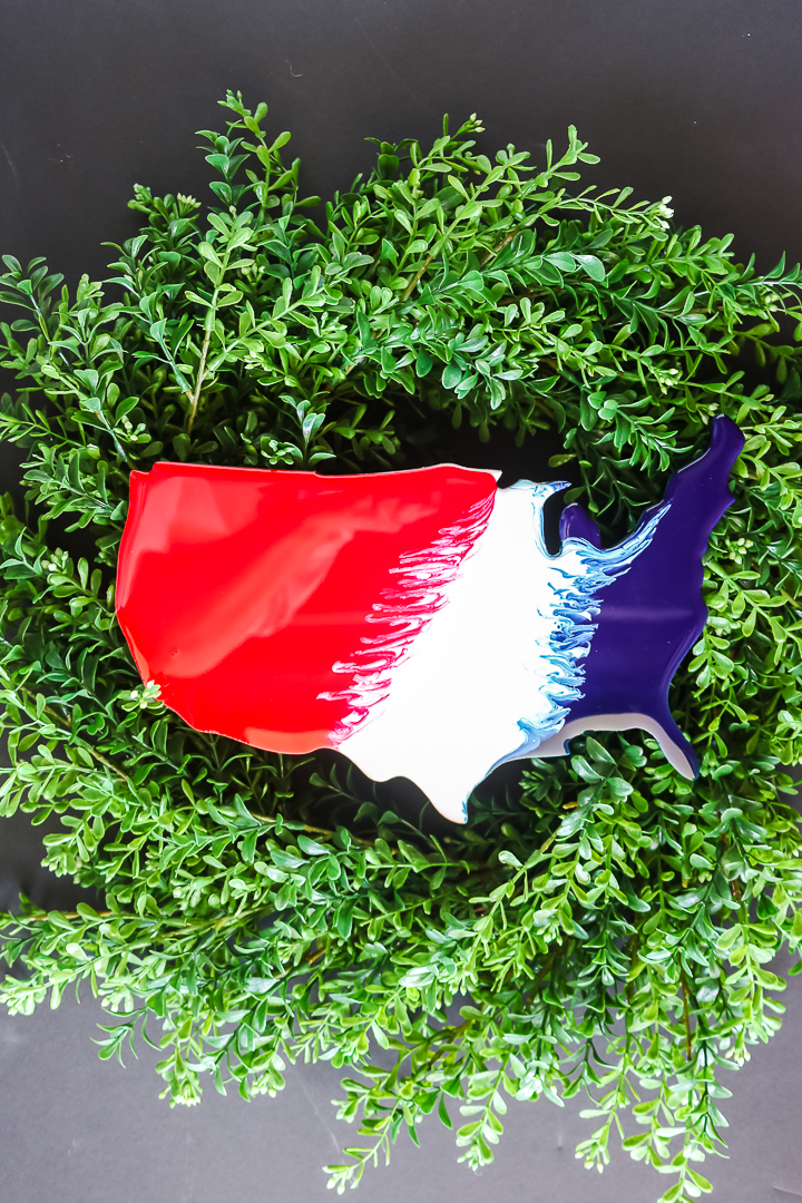 "couronne patriotique ""class ="" wp-image-71027 ""srcset ="" https://www.thecountrychiccottage.net/wp-content/uploads/2020/05/summer-wreath-6-of-8.jpg 720w, https: //www.thecountrychiccottage.net/wp-content/uploads/2020/05/summer-wreath-6-of-8-200x300.jpg 200w, https://www.thecountrychiccottage.net/wp-content/uploads/2020 /05/summer-wreath-6-of-8-683x1024.jpg 683w, https://www.thecountrychiccottage.net/wp-content/uploads/2020/05/summer-wreath-6-of-8-610x915. jpg 610w ""tailles ="" (largeur max: 720px) 100vw, 720px"