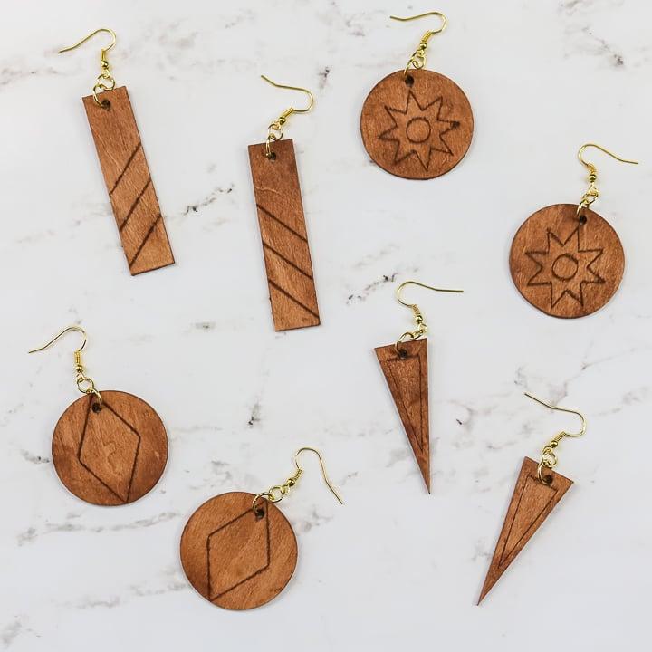 boucles d'oreilles en bois faites avec un cricut