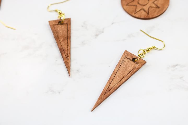 boucles d'oreilles triangle en bois